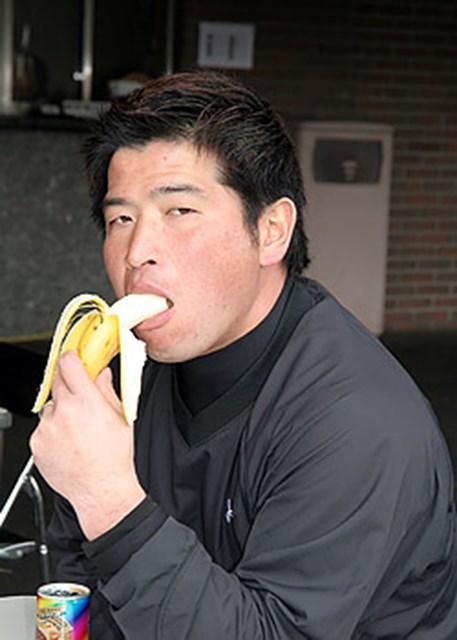 バナナを頬張りながらおどける増田伸洋