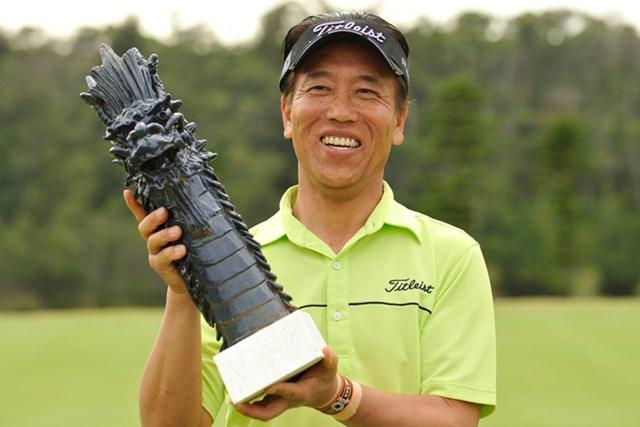 プレーオフを制して嬉しいツアー初優勝を手にした中根初男 (画像提供:日本プロゴルフ協会)