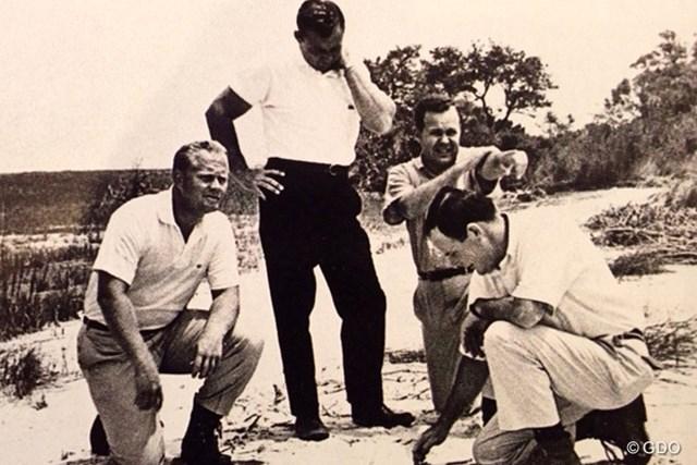 写真左からジャック・ニクラス、ドナルド・オークイン、チャールズ・フレイザー、ピート・ダイ。ハーバータウンの土地でゴルフコースの構想を巡らせる
