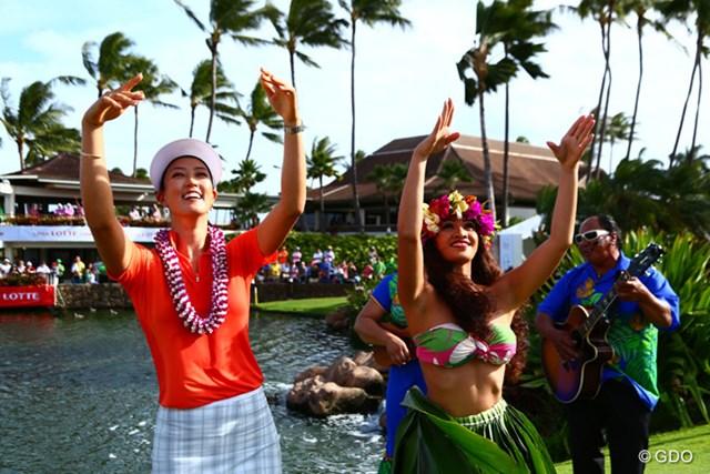 勝利の舞?を披露するM.ウィ 地元ハワイでツアー通算3勝目を飾った