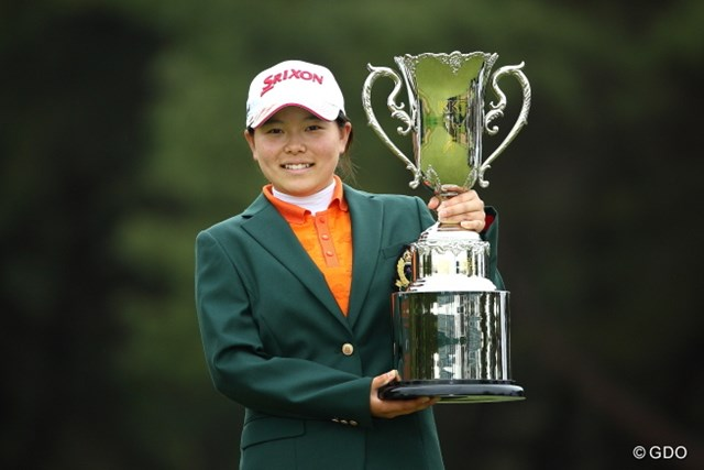 国内女子ツアー史上4人目となるアマチュア制覇を15歳293日の最年少記録で飾った勝みなみ