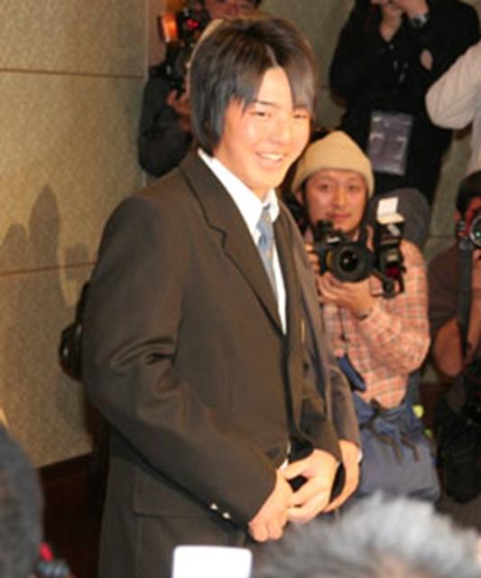プロ転向を宣言した石川遼。大勢のカメラに取り囲まれ、戸惑いの表情を隠せなかった
