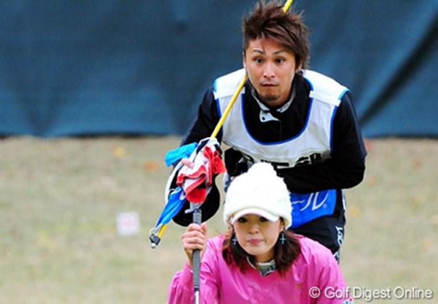 賞金ランキング53位の日下部智子は2オーバー。予選通過に向け、綱渡りが続く。