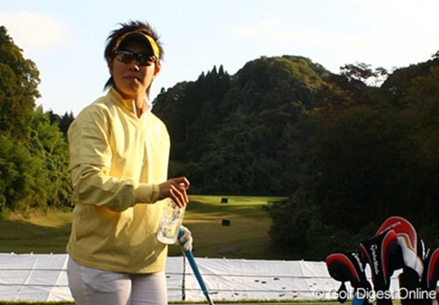 練習場では1球ごとに素振りをし、集中して練習を行う森桜子