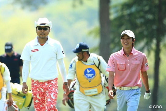 2014年 つるやオープンゴルフトーナメント 3日目 重永亜斗夢 永久シード片山(左)との同組ラウンドを満喫し、単独首位に立った重永亜斗夢