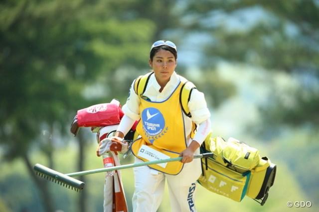 2014年 つるやオープンゴルフトーナメント 3日目 山村彩恵 今日からキャディーさん達はツナギなんだね。太ももが見れなくて残念