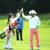 17番ロングをツーオンさせて喜びのハイタッチ 2014年 つるやオープンゴルフトーナメント 3日目 片山晋呉 山村彩恵