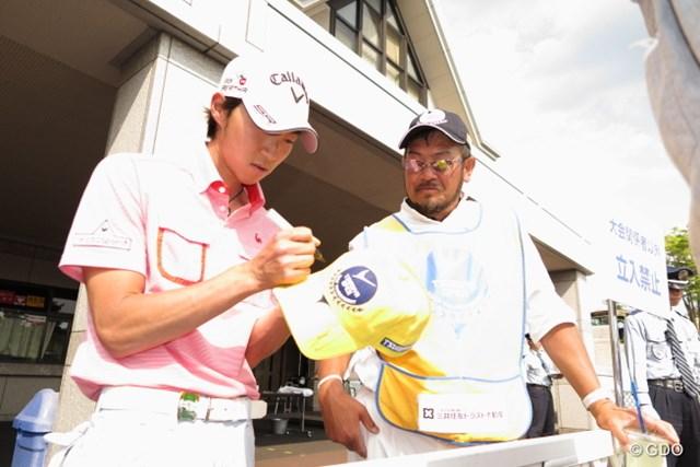 2014年 つるやオープンゴルフトーナメント 3日目 重永亜斗夢 最終日リーダーともなるとサインも長蛇の列