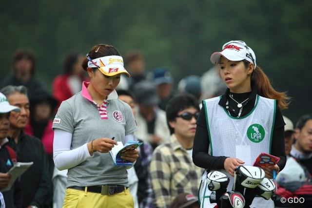 今大会好調の園田絵里子(右)は「KKT杯バンテリンレディース」で森田理香子のキャディを務めていた ※写真は初日撮影