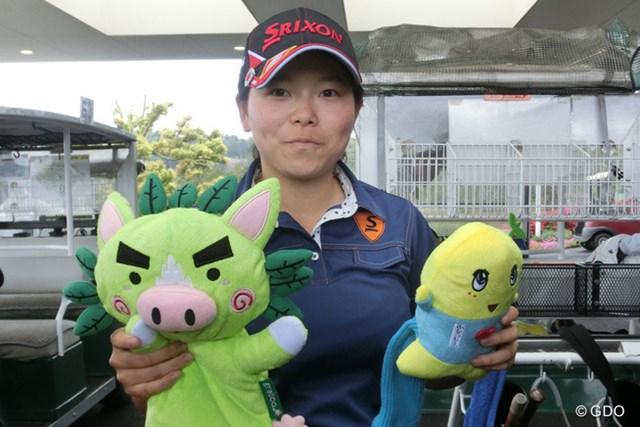 2014年 ワールドレディスサロンパスカップ 事前 勝みなみ 鹿児島県のゆるキャラ「ぐりぶー」と「ふなっしー」のヘッドカバーをもらい、どちらを使用するか悩む勝みなみ