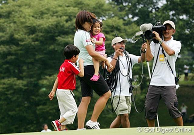 ウィニングパットを沈め、甥っ子、姪っ子の祝福を受ける福嶋晃子