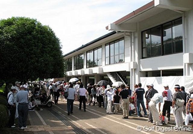 地元千葉で優勝を果たした飯島茜のサインをもらおうする長蛇の列