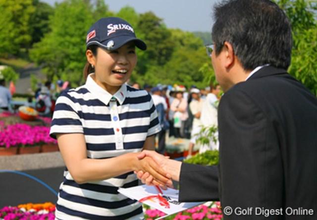 突然の賞金ゲットに嬉しそうな表情の永井奈都