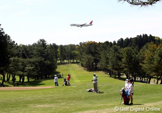 飛行機 発着を繰り返す飛行機も、大会の厳しさを印象づける