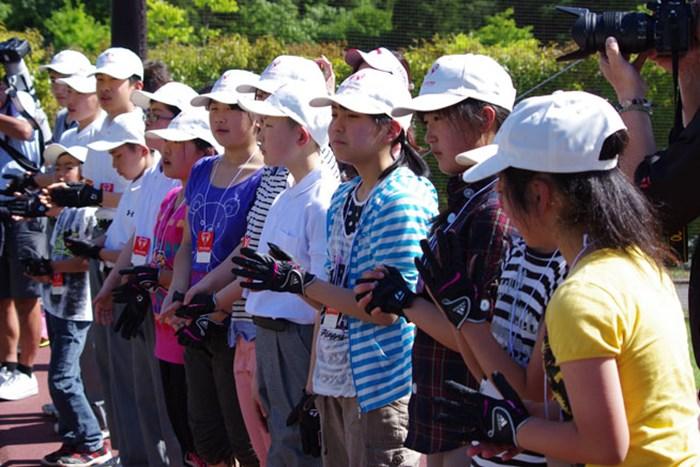 レッスンに参加した子供たちには、株式会社サン・クロレラの中山哲明社長から記念キャップが送られた 2014年 ザ・レジェンド・チャリティプロアマ 初日 レッスンを受講した子供たち