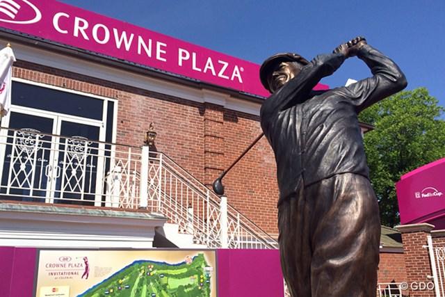 コロニアルCCのクラブハウス前にそびえるベン・ホーガンの銅像