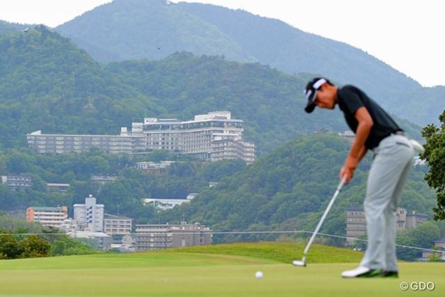 3番グリーンから見えるのは「日本三古泉」のひとつに数えられる名湯「有馬温泉」の高級ホテル群です。プロも何人かは泊まってます。