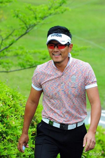 2014年 関西オープンゴルフ選手権競技 2日目 矢野東 5連続バーディを決めて意気揚々とティグランドに向かってくるところですワ。結婚したんやって?知らんかったなァ…。9位T