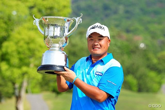 自身初の逆転で今季初優勝を果たした小田孔明