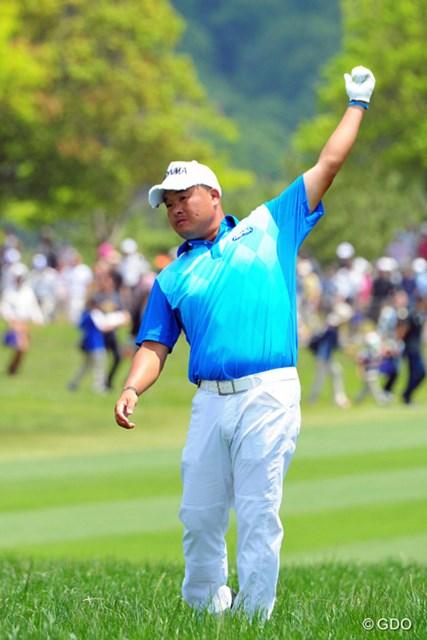 2014年 関西オープンゴルフ選手権競技 最終日 小田孔明 ラフからのセカンドショットを前に、スイングの大きさを確認するため、左手だけで何回も素振りを繰り返しているところです。