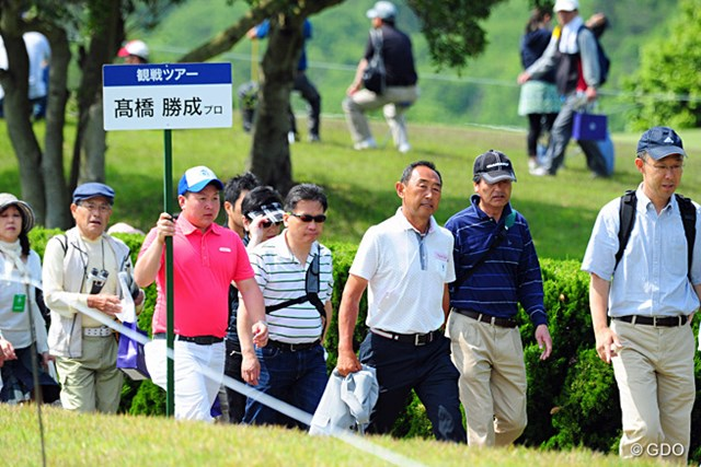 2014年 関西オープンゴルフ選手権競技 最終日 高橋勝成 今日は昨日の倍以上の人が観戦ツアーに参加してました。人気者の勝成さんなんかは 7、80人のギャラリーを引率してはりましたでェ~!
