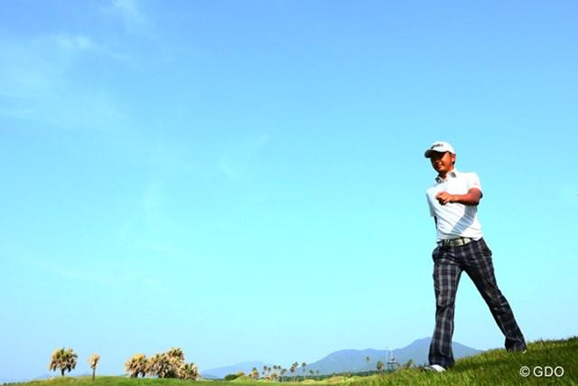 2014年 ~全英への道~ミズノオープン 初日 岩田寛 本日トップ選手! 青空の中に少し笑みが見えました!