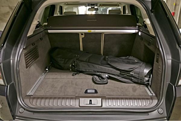 SUVのため床面が高い。スクエア気味の形