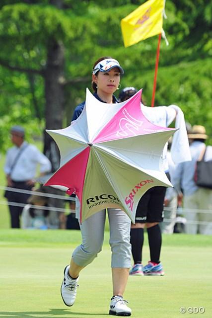 メッチャメチャ暑かったんで、ワンプレー終わると皆さん速攻で傘をさすんで写真が撮りにくゥて…。