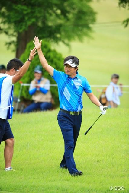 2014年 日本プロゴルフ選手権大会 日清カップヌードル杯 初日 深堀圭一郎 イーグルハイタッチ本人も嬉しそう