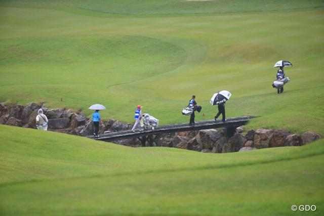 2014年 日本プロゴルフ選手権大会 日清カップヌードル杯 初日 1番ホール ティショットを終えるとすぐに橋を渡るようにコース内クリークだらけ