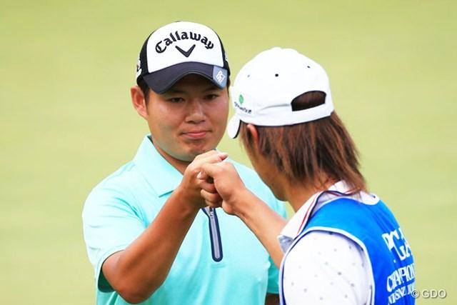 大田和桂介が通算6アンダーで首位に浮上し、決勝ラウンド進出を決めた