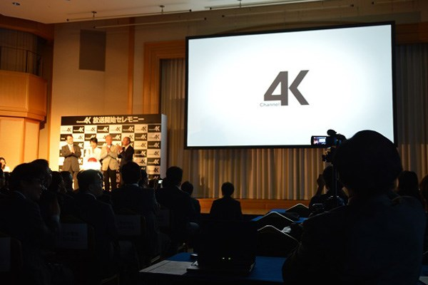 4K放送開始の瞬間。写真は右側の大型スク