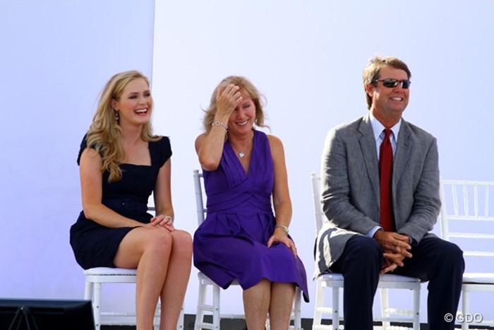 火曜夕方に会場内でペイン・スチュワートをしのぶ会が開かれた。左から娘チェルシーさん、妻トレーシーさん、右はポール・エイジンガー 2014年 全米オープン 事前 故ペイン・スチュワートをしのぶ会