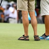 アマチュアのフィッツパトリックのキャディはサンダル履き。以前、全英オープンではローアマとなったトム・ルイスのキャディを務めた 2014年 全米オープン 初日 サンダル