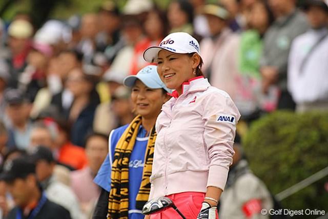 横峯さくら 後半に入り優勝争いから脱落したが、キャディを務める姉と共に笑顔が目立った