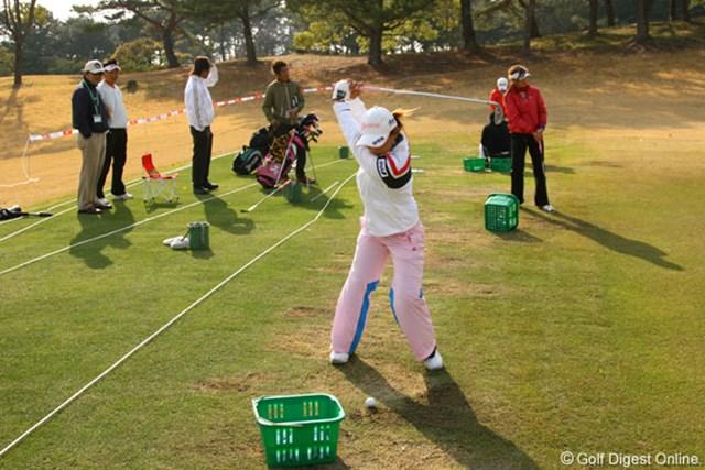 練習場で、良郎氏、橋本コーチ、横峯留衣、横山恭子らと共に練習する横峯さくら