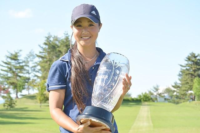 嬉しい初優勝を飾った平野ジェニファー(提供:日本女子プロゴルフ協会)