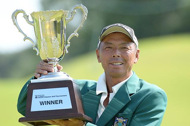 後続を1打差で振り切って4年ぶりのツアー2勝目を飾った池内信治(提供:日本プロゴルフ協会)