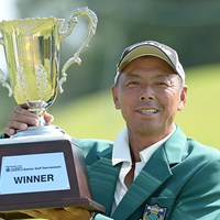 後続を1打差で振り切って4年ぶりのツアー2勝目を飾った池内信治(提供:日本プロゴルフ協会) 2014年 第15回スターツシニアゴルフトーナメント 最終日 池内信治