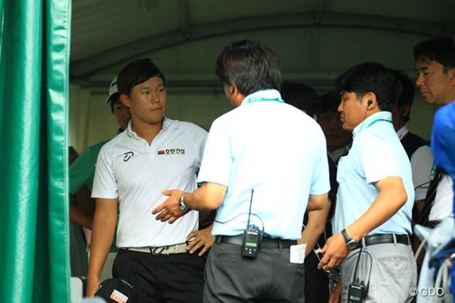 2014年 日本ゴルフツアー選手権 森ビルカップ Shishido Hills 最終日 イ・サンヒ アテストテント内で競技委員から指摘を受けるイ・サンヒ。2罰打が課されるまさかの決着となった