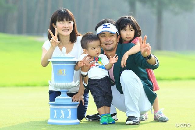 メジャーでツアー初優勝! (左から)妻・慶子さん、長男・一優くん、長女・祐泉ちゃんと写真に収まる竹谷佳孝