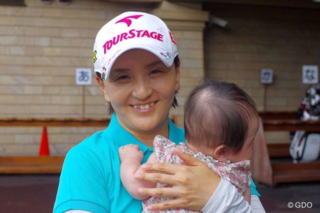 愛娘・和奏ちゃんを抱っこする茂木宏美。ゴルフ場でこの優しい表情が見られるのも大会が始まるまで
