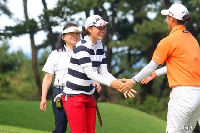 34ホール目で決着をつけた蛭田は太平洋を望む大洗GCの16番グリーンで佐藤と握手を交わした