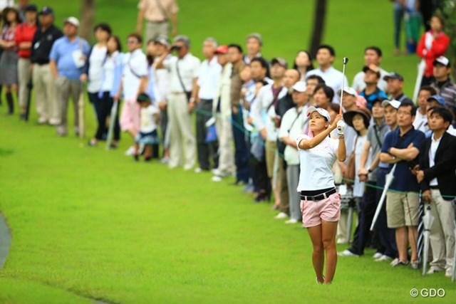 2014年 アース・モンダミンカップ 最終日 藤田光里 たくさんのギャラリーに囲まれてのラウンド。人気者ですなぁ