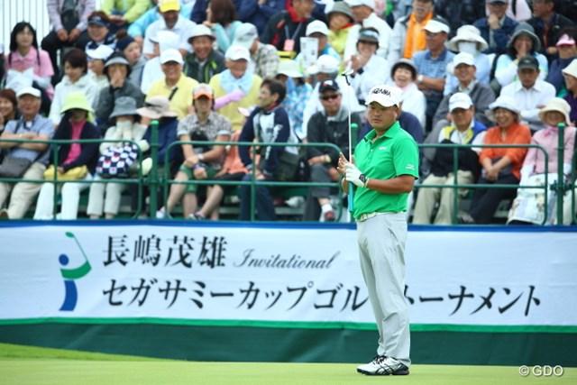 2014年 長嶋茂雄 INVITATIONAL セガサミーカップゴルフトーナメント 最終日 小田孔明 正規の18番でウィニングパットを外し、落胆の表情でボールを見つめる小田孔明