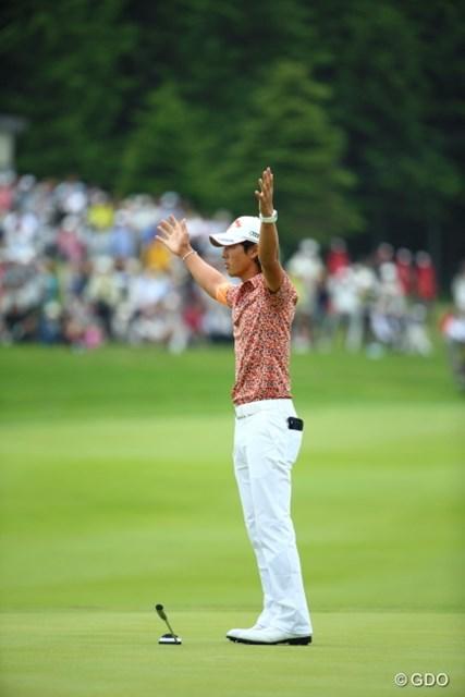 勝利の瞬間、両手を上げてバンザイ!石川は2シーズンぶりの勝利を飾った