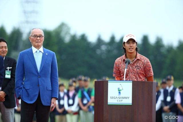 2014年 長嶋茂雄 INVITATIONAL セガサミーカップゴルフトーナメント 最終日 長嶋茂雄大会名誉会長 石川遼 ついに表彰式で長嶋氏の隣に…石川遼は初の大会制覇でトロフィを授かった