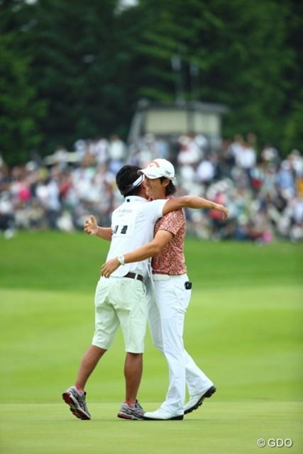 キャディと抱き合う石川遼。ラウンド中も「いまのショットは世界で通用する?」と繰り返しやり取りした