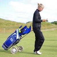 まだ大会への出場が確定してないため、自分でゴルフカートを引いて練ラン。(撮影:Shizuka Minami)(「Pentax K-3」にて撮影) 2014年 全英リコー女子オープン 事前 ニコラ・ブロシ・ラーセン