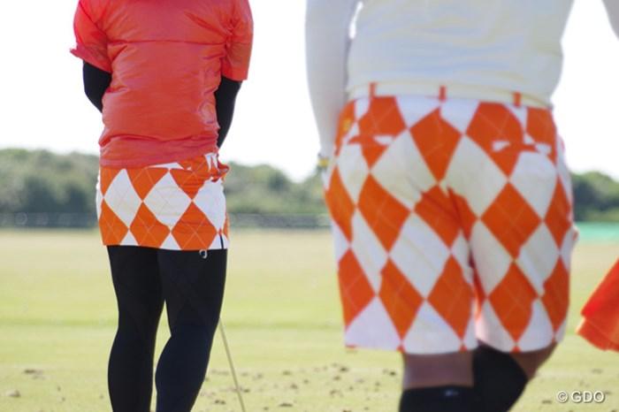 本日の色はオレンジ。ポルナノン・ファトラムとキャディ。(撮影:Shizuka Minami)(「Pentax K-3」にて撮影) 2014年 全英リコー女子オープン 事前 ポルナノン・ファトラム&キャディ